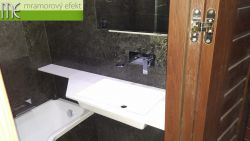 Umyvadlová deska s výřezem pro vstup do vany