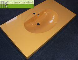 Malá umyvadlová deska v šafránové žluté do koupelny v Tyrolsku