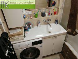 Bílá, plochá umyvadlová deska na koupelnovou skříňku s pračkou