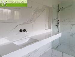 Umyvadlová deska v mramorové koupelně zákaznice v Německu